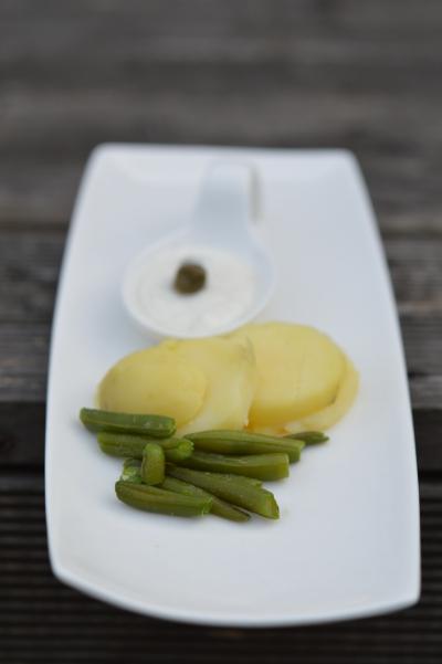 Salade de haricots verts, sauce au raifort, haricots verts, pommes de terre, grenaille, raifort, câpres, fromage blanc