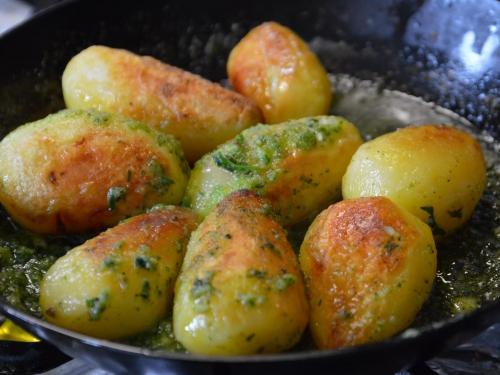Patates poêlées aux herbes, pommes de terre, graisse d'oie, saindoux, herbes