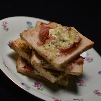 Tartines chaudes de fromage aux fines herbes, fromage frais, fines herbes, tartines