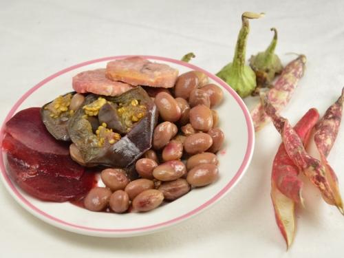 Cocos rosis, haricots coco, betteraves, aubergines, saucisson à l'ail