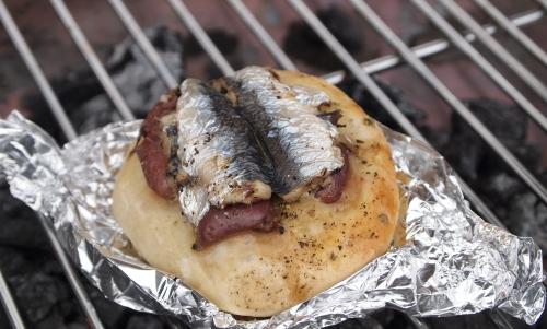 petits pains à la sardine et olives violettes, sardines, olives violettes