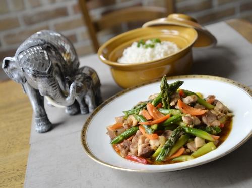 poulet et asperges à la thaïlandaise d'arnaud et saranya vantourout,le bistrot d'arnaud à armentières,le bistro d'arnaud,arnaud vantourout,saranya vantourout,le chef et la cocotte,la cocotte,la voix du nord