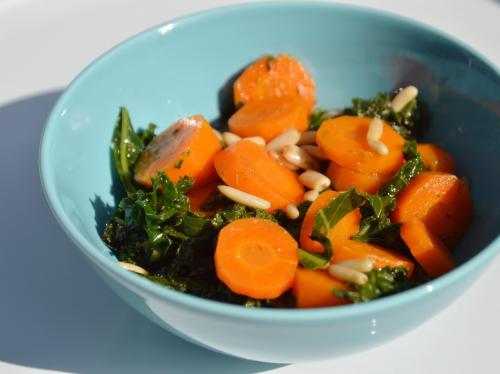 Chou kale aux carottes et pignons, chou kale, carottes, pignon de pin, basilic