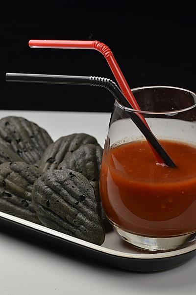 Boulets de charbon au thon, boulets de charbon, thon, encre de seiche, La Cocotte, bloody Mary, tarama