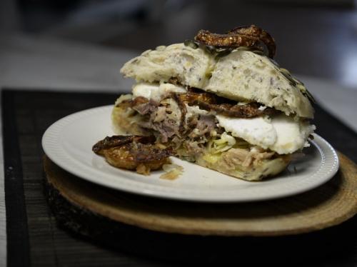 Sandwich Gromytho aux oignons frits, la Cocotte, la Voix du Nord