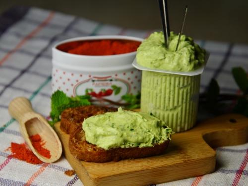 Petits suisses verts sur canapés rouges, petits suisses