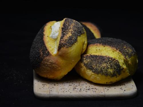 Petits pains jaunes et noirs, curcuma, pavot, farine