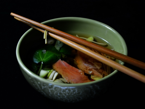 Aiguillettes de canard au bouillon chinois, aiguillettes de canard, nouilles chinoises, cresson, sauce soja