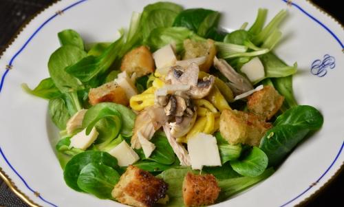 Mâche mix and match, mâche, champignons, poulet, croûtons, omelette, gouda de chèvre