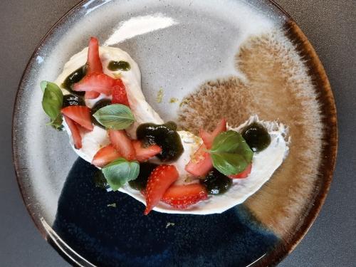 mousse chocolat blanc,fraises fraîches et pesto de basilic de christophe pirotais,chef de l'epicurieux à illies,la cocotte,la voix du nord,l'épicurieux,christophe pirotais,illies,le chef et la cocotte