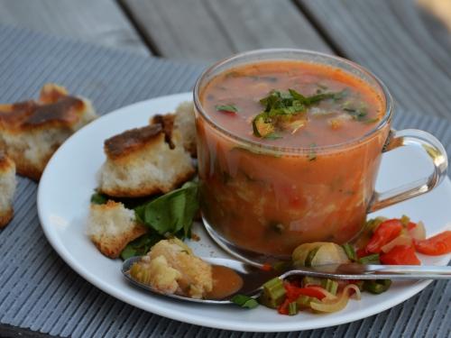 Bouillon de poisson rouge, bouillon, poisson, julienne, céleri, poivron, tomate