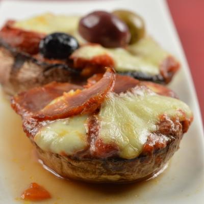 Champignons pizza, olives, mozzarella, gorgonzola, pancetta, coppa