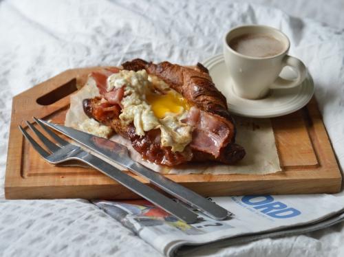 Petit déjeuner franco-anglais, croissant, bacon, oeuf au plat