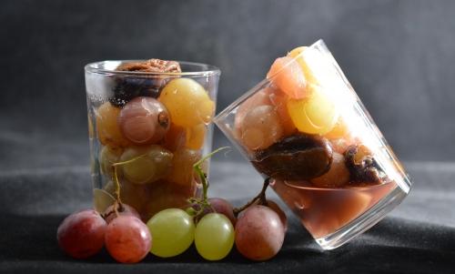 Fruits d'automne au vin, vin, raisins, pruneaux, grenades, pommes, poires