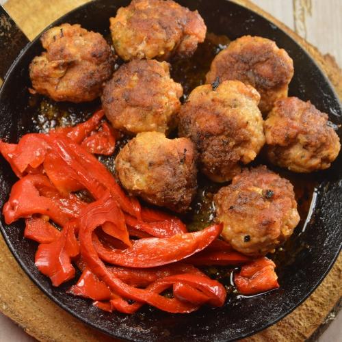 Boulets rouges, viande hachée, chair à saucisse, poivrons rouges