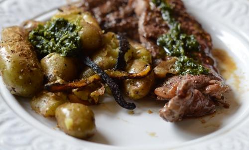 Patates et steak grillés à l'ail des ours