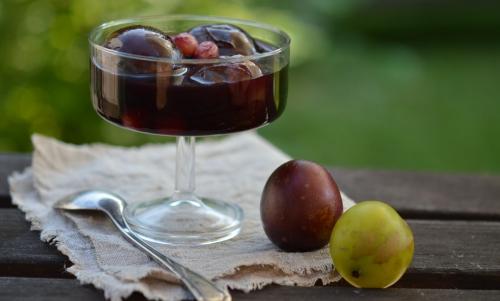 Prunes au vin de girofle, prunes, vin rouge, clous de girofle