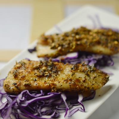 Salade de chou rouge et poitrine de porc marinée à la coriandre, chou rouge, coriandre