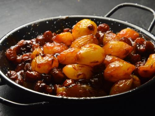 Petits oignons aux raisins et tomates, oignons sauciers, tomates, raisins sces