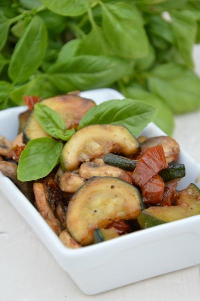 Méli-mélo courgettes-champignons, courgettes, champignons, tomates séchées