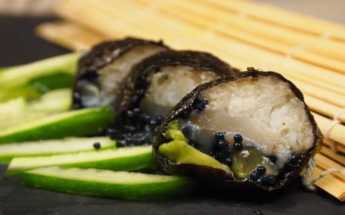 makisushis, lieu noir, légumes, wasabi, concombre, oeufs de lump, avocat