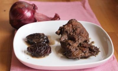 sauté de porc aux pruneaux, oignons et vin rouges, sauté de porc, pruneaux, oignons rouges, vin rouge