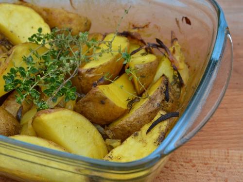 Pommes de terre au bouillon de curcuma, pommes de terre, curcuma, oignons