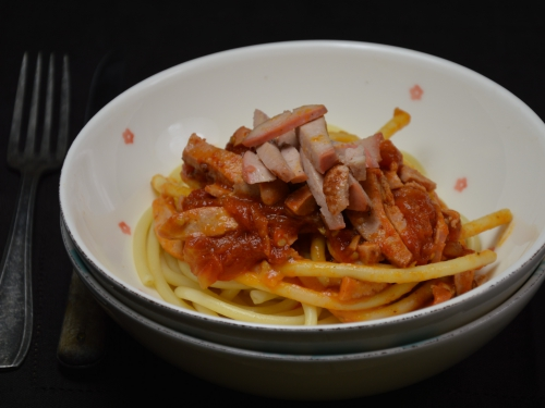 Bucatini à la saucisse de viande et tomates fraîches, bucatini, saucisse de viande, tomates