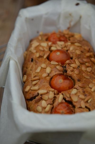 Moelleux à la castagne, farine de chataigne, pignons de pin, tomates séchées, tomates-cerises