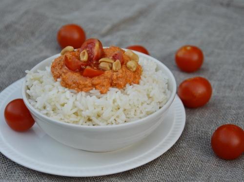 Salade riz rouge aux cacahuètes, riz, poivrons rouges, cacahuètes